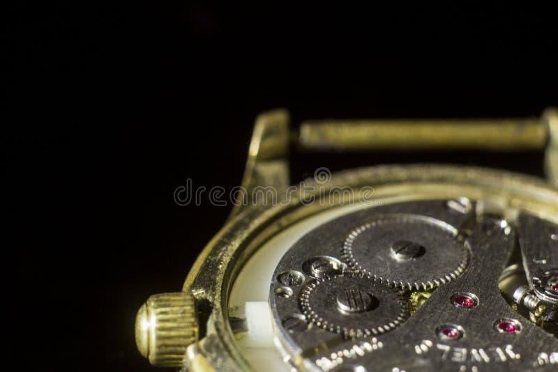 Stary zegarowy mechanizm w górę, tylny i frontowy, tło zamazujący zdjęcia stock