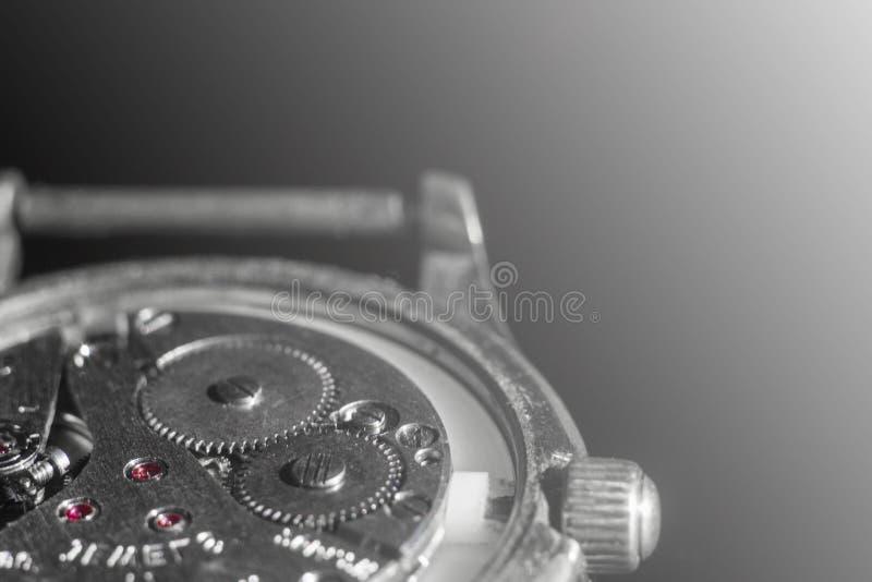 Stary zegarowy mechanizm w górę, tylny i frontowy, tło zamazujący obraz stock