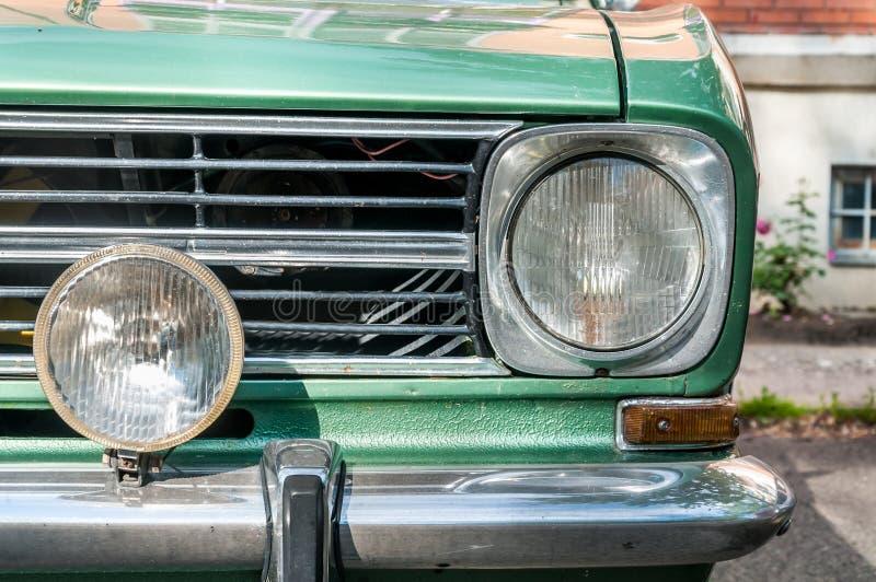 Stary zegaru klasyka zieleni samochodu przodu reflektor zdjęcie royalty free