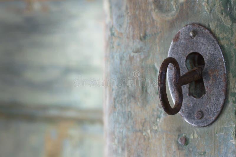 Stary zielony antykwarski drzwi obrazy stock
