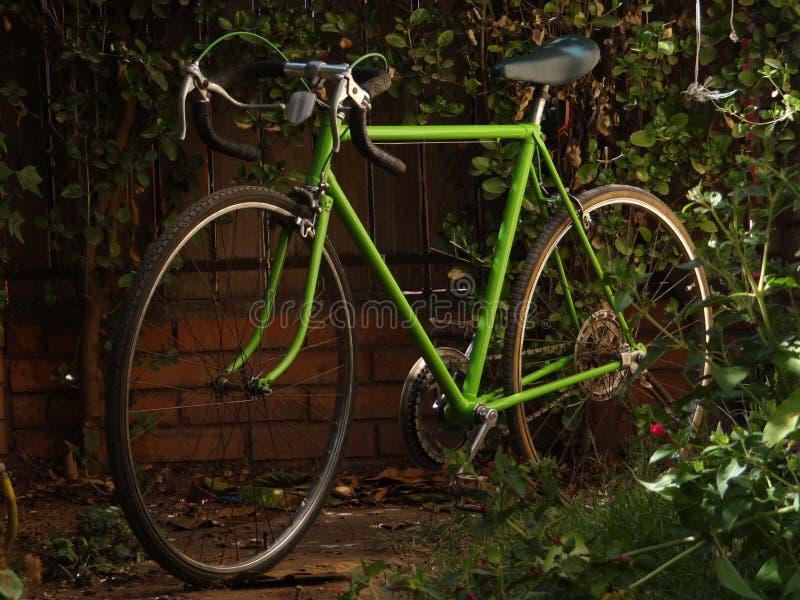 Stary Zielony Drogowy rower zdjęcie stock