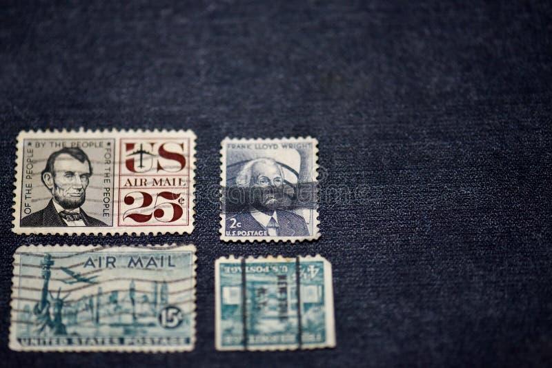 Stary znaczek pocztowy na stole obrazy stock