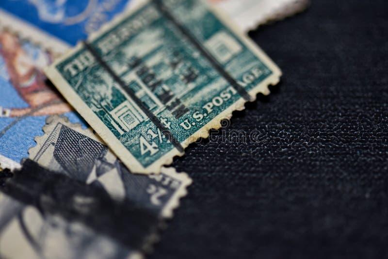 Stary znaczek pocztowy na stole obraz stock