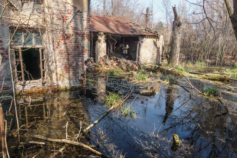 Stary zniszczony i zaniechany dom zalewa z wodą fotografia royalty free