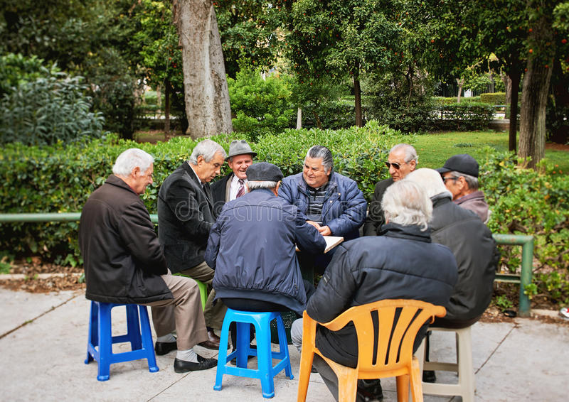 Starych przyjaciół karta do gry i śmiać się w obywatela ogródu parku zdjęcia royalty free
