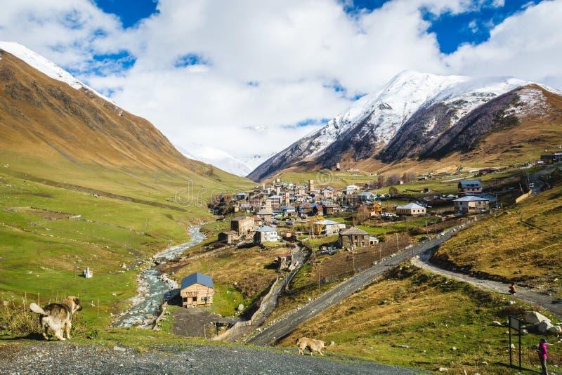 Starzejąca się dziejowa wioska w pięknym pasmie górskim obraz stock