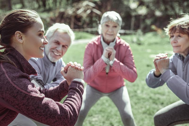 Starzejący się ładny damy narządzanie dla trudny gimnastycznego zdjęcia royalty free