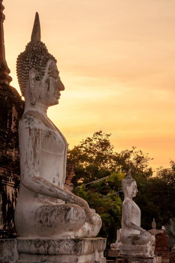 Starzejąca się Buddha statua AYUTTHAYA Tajlandia w zmierzchu obraz stock