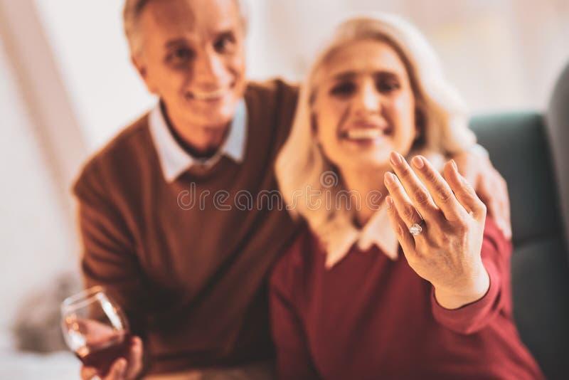 Starzejąca się kobieta jest ubranym ładnego diamentowego pierścionek zdjęcia stock
