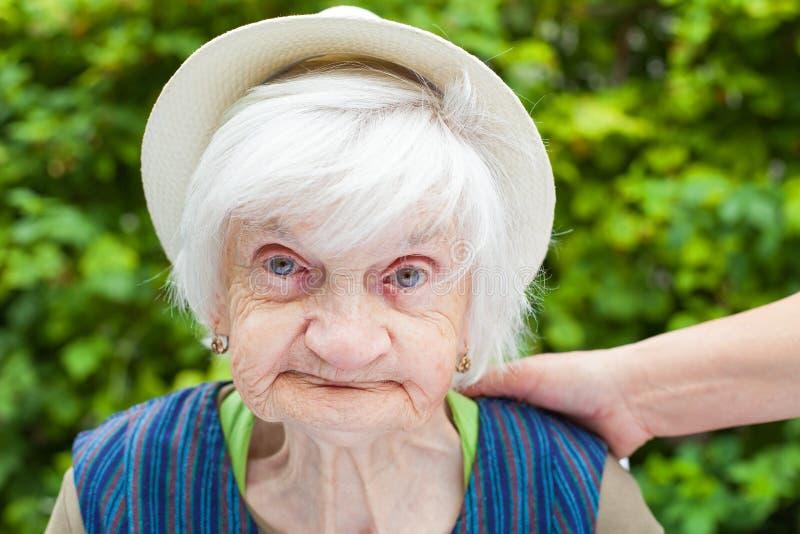 Starzejąca się kobieta w ogródzie zdjęcie royalty free
