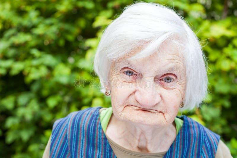 Starzejąca się kobieta w ogródzie zdjęcie stock
