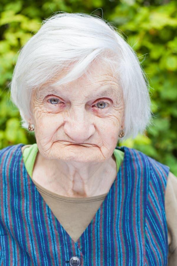 Starzejąca się kobieta w ogródzie obrazy stock