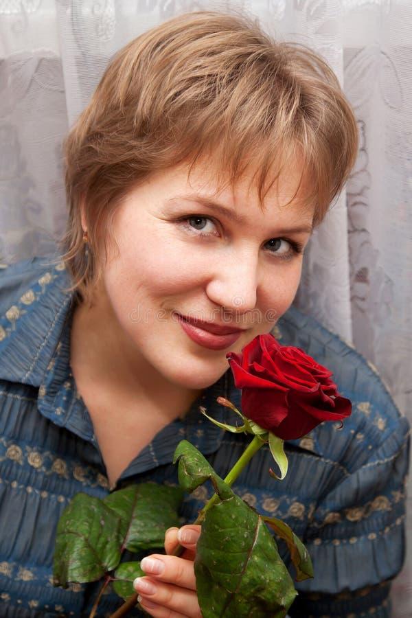 Starzejąca się kobieta z różą. zdjęcia royalty free