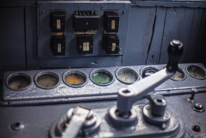 Starzej?ca si? lokomotoryczna deska rozdzielcza z drewnianymi r?koje?ciami i zatykaj?cymi gogle obraz stock