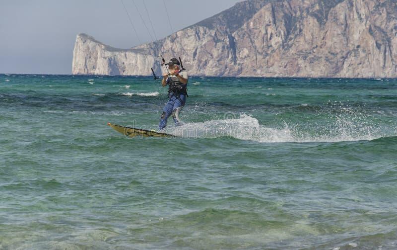 Starzejąca się osoba utrzymuje aktywnego ćwiczyć kitesurf obraz stock