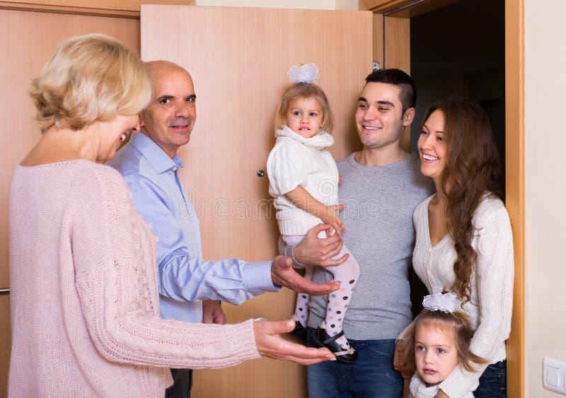 Starzejąca się pary spotkania rodzina przy progiem zdjęcia royalty free