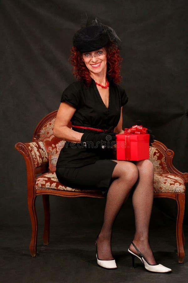 starzejąca się pięknego prezenta środkowa czerwona kobieta obraz stock