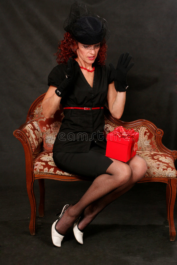 starzejąca się pięknego prezenta środkowa czerwona kobieta zdjęcie stock