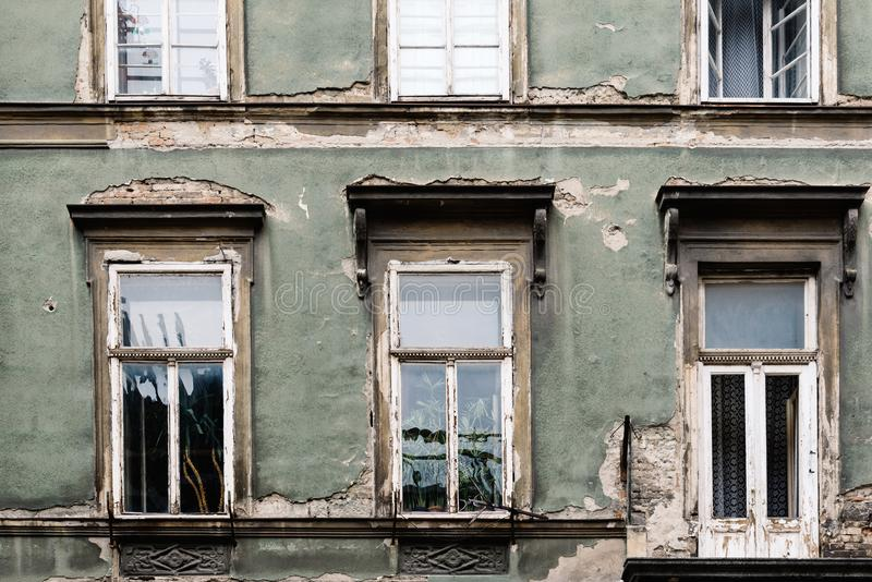 Starzejąca się stara budynek fasada zdjęcia royalty free