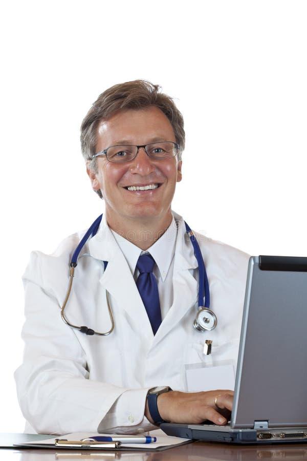 starzejący się doktorski laptop uśmiecha się typ fotografia royalty free