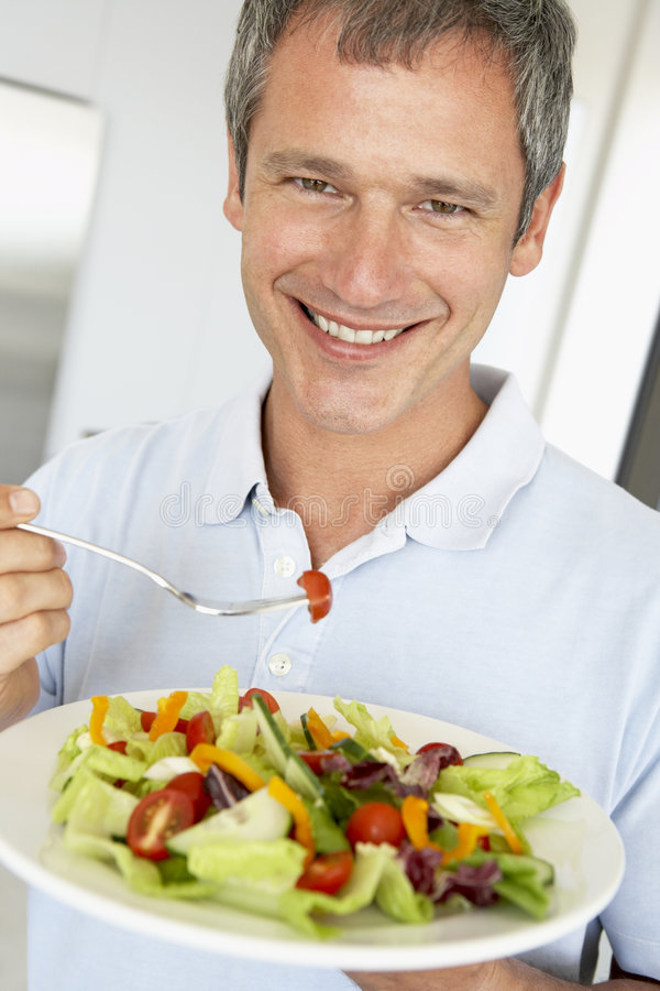 starzejący się jedzący zdrowej mężczyzna środka sałatki zdjęcie royalty free