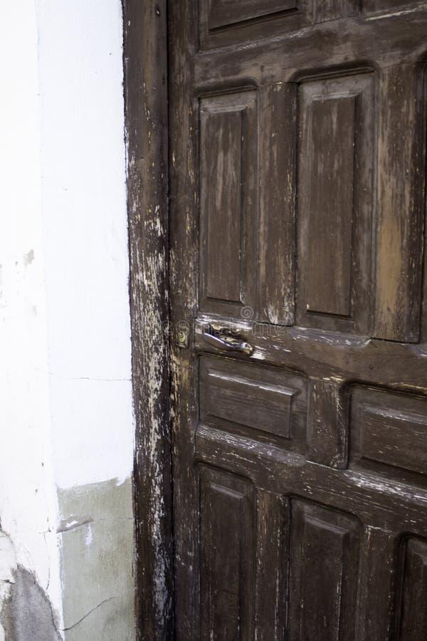 Starzejący się kędziorka drzwi zdjęcie royalty free