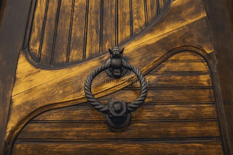 Starzejący się kędziorka drzwi obrazy stock