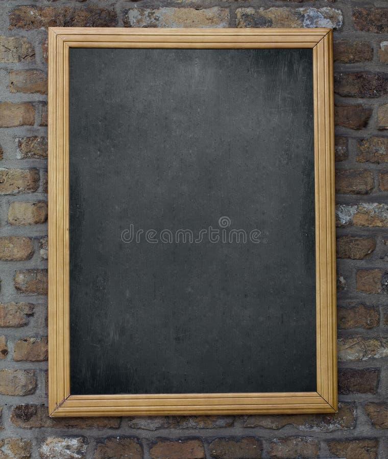 Starzejący się menu blackboard obwieszenie na ściana z cegieł obrazy stock