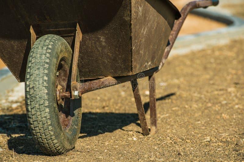 Starzejący się metalu Wheelbarrow obraz royalty free