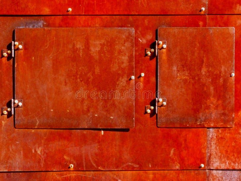 Starzejący się ośniedziały zewnętrzny stalowego talerza dojazdowego drzwi szczegół zdjęcie royalty free