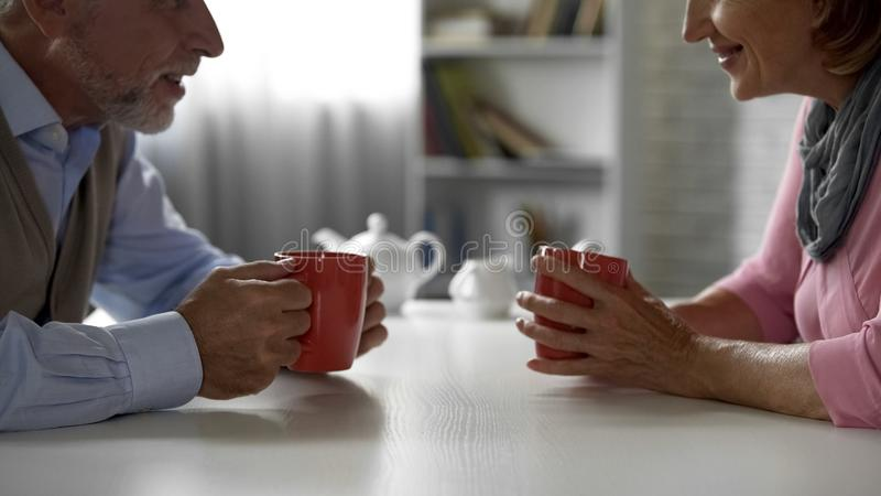 Starzejący się pary gawędzenie, pije kawę w kawiarni, szkolne sympatie, spotyka zdjęcia stock