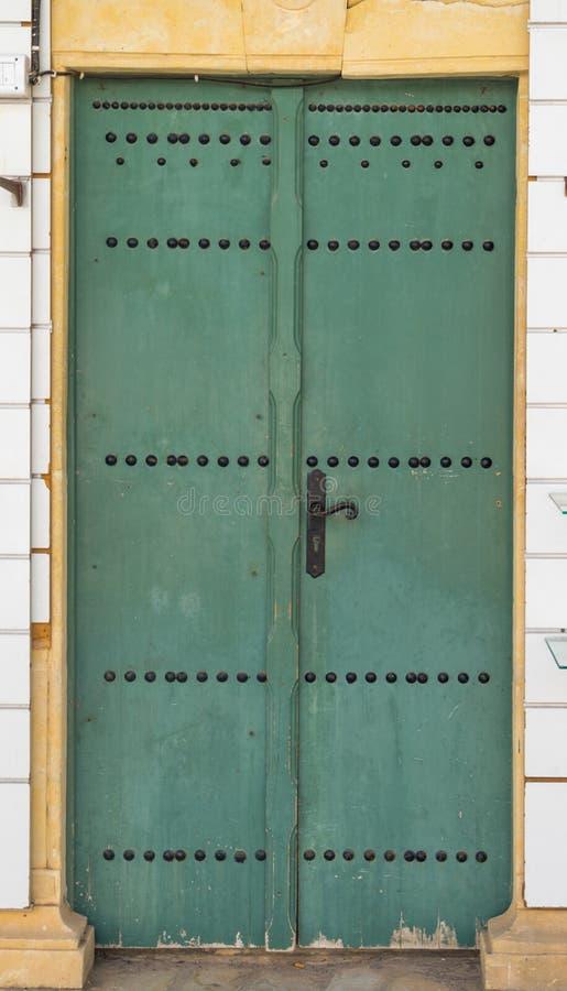 Starzejący się zielony tradycyjny drzwi od Tunezja obraz royalty free