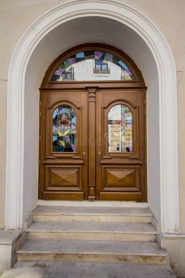 Starzy łukowaci drzwi w Starym miasteczku Lviv Ukraina obrazy royalty free