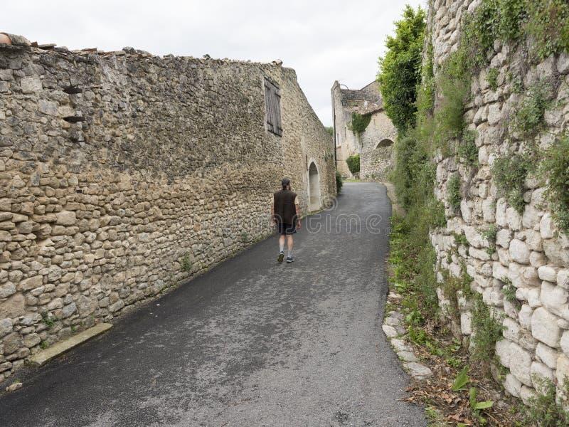 Starzy średniowieczni domy i mężczyzna na ulicie w manosque fotografia royalty free