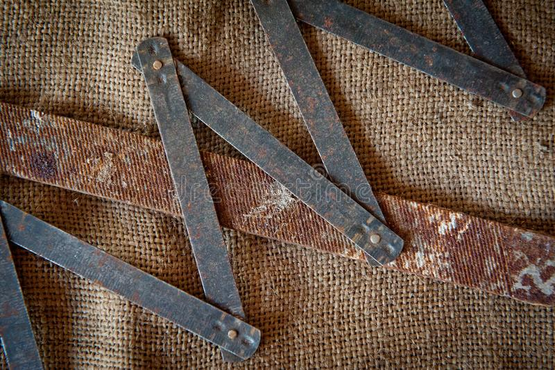 Starzy żelaz narzędzia na tle prostacki płótno fotografia royalty free