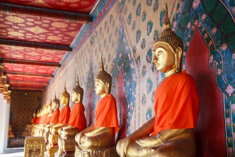Starzy antyczni stiukowi Buddha wizerunki w postawie przyciszać Mara złego ducha w galerii główna kaplica Wat Arun obraz royalty free