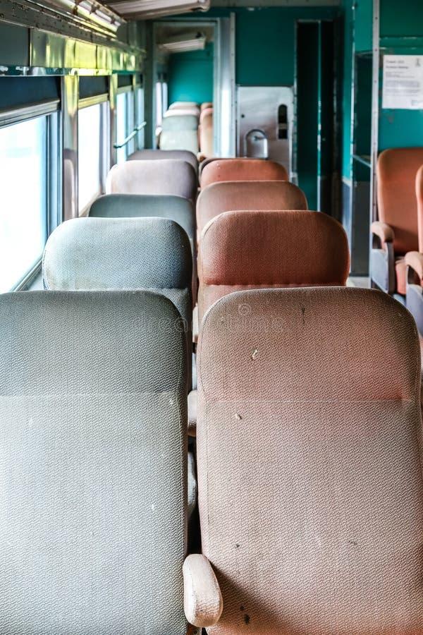 Download Starzy Będący Ubranym Siedzenia Na Pociągu Obraz Stock - Obraz złożonej z kolej, pusty: 57654871