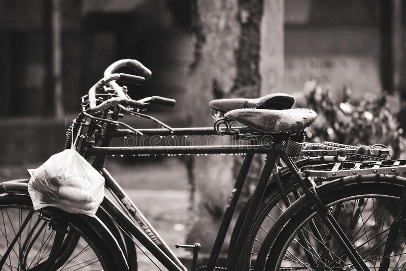 Starzy bicykle w deszczu z plastikowym workiem zdjęcia stock