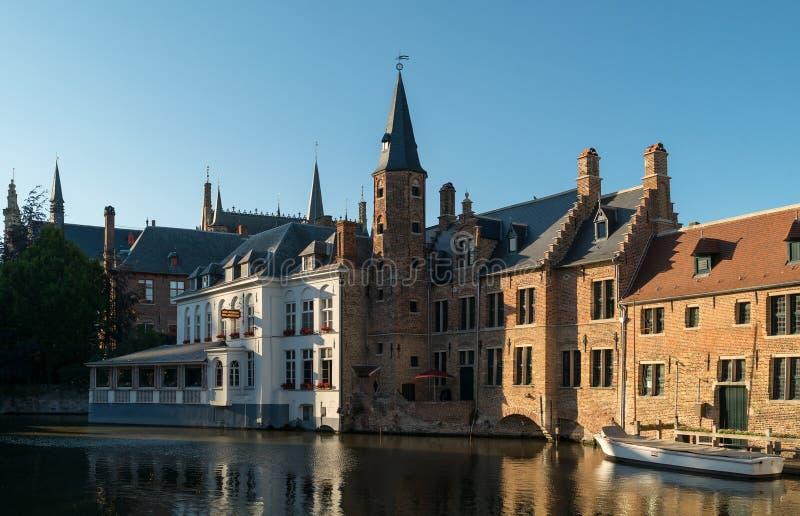 Starzy Bruges budynki odbija w wodnym kanale w dziejowym centre Brugge, obraz royalty free