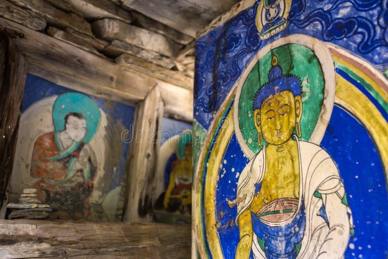 Starzy buddhists obrazy na Mani ścianie w Nepalskiej wiosce fotografia royalty free