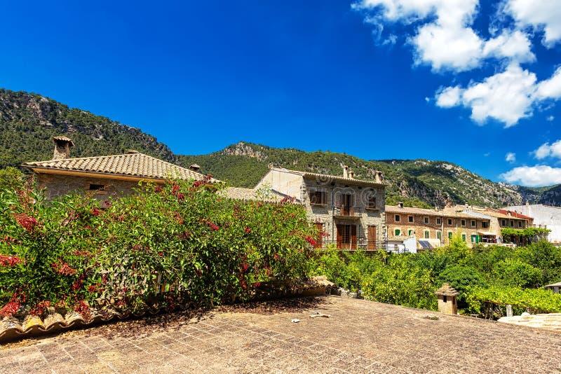 Starzy budynki, kwitnący rośliny i góry w grodzkim Valdemossa, Mallorca zdjęcie stock