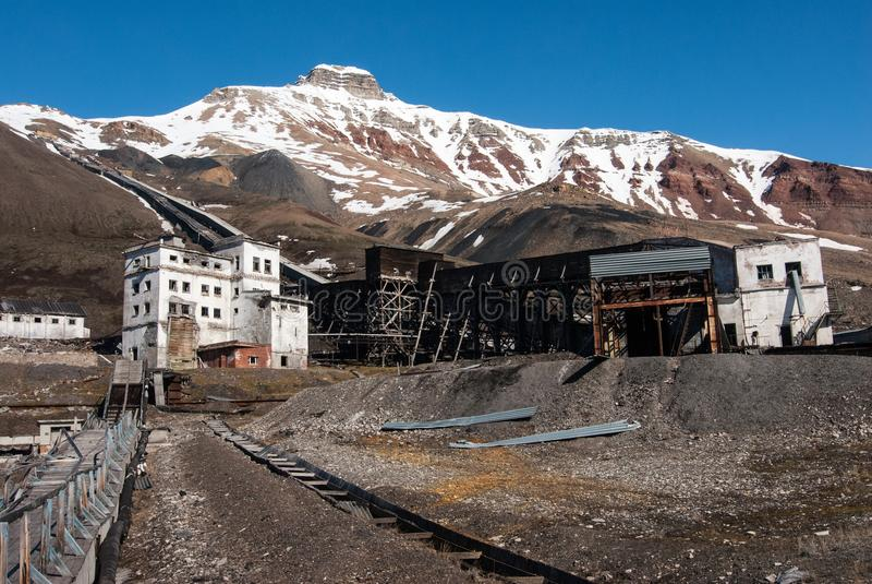 Starzy budynki używać dla coalmining i transportu węgiel w Soviet/Rosyjskim miasto widmo Pyramiden w Svalbard zdjęcia royalty free