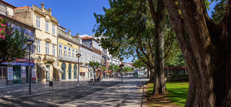 Starzy budynki Vila Nova De Famalicao Luis Barroso ulica, Dona Maria II kwadrat (/) obraz stock