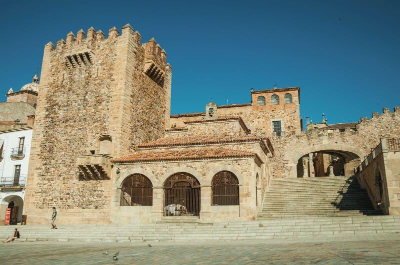 Starzy budynki w głównym placu z schodkami przy Caceres obraz royalty free