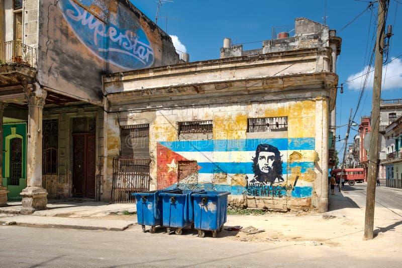 Starzy budynki w Hawańskim z wizerunkiem Che Guevara i kubańska flaga obrazy stock