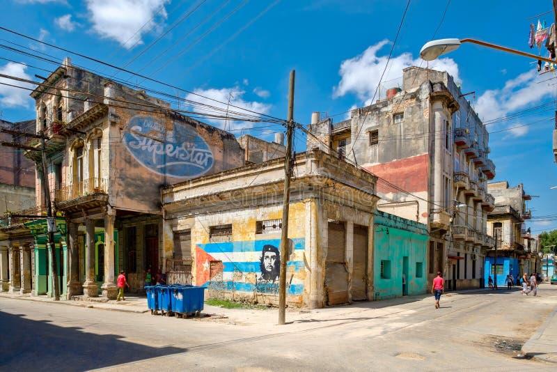 Starzy budynki w Hawańskim z wizerunkiem Che Guevara i kubańska flaga obraz royalty free