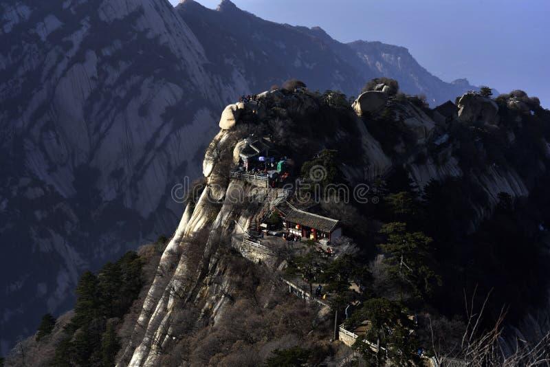 Starzy budynki wzdłuż wierzchołka góra zdjęcia stock