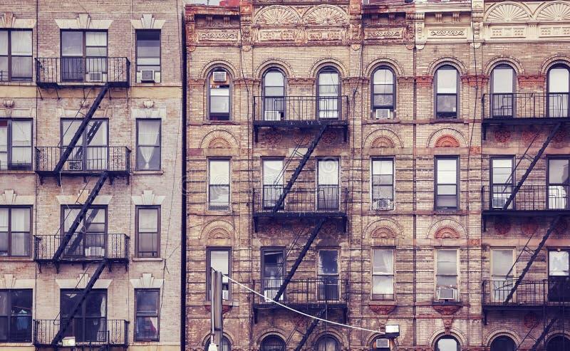 Starzy budynki z pożarniczymi ucieczkami w Miasto Nowy Jork obraz royalty free