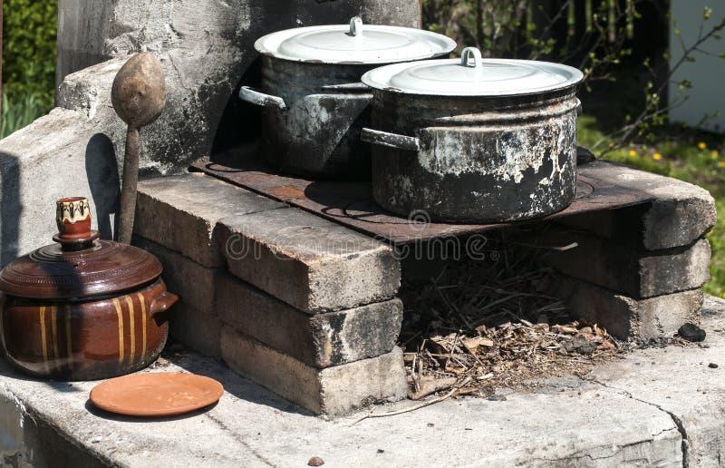 Starzy burnt sadze emaliujący saucepots zdjęcie royalty free