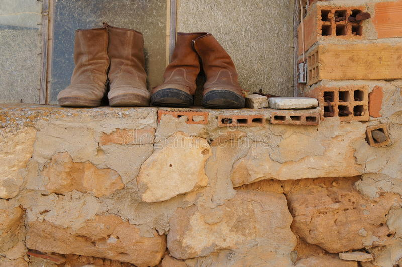 Starzy buty na okno w wiosce fotografia royalty free